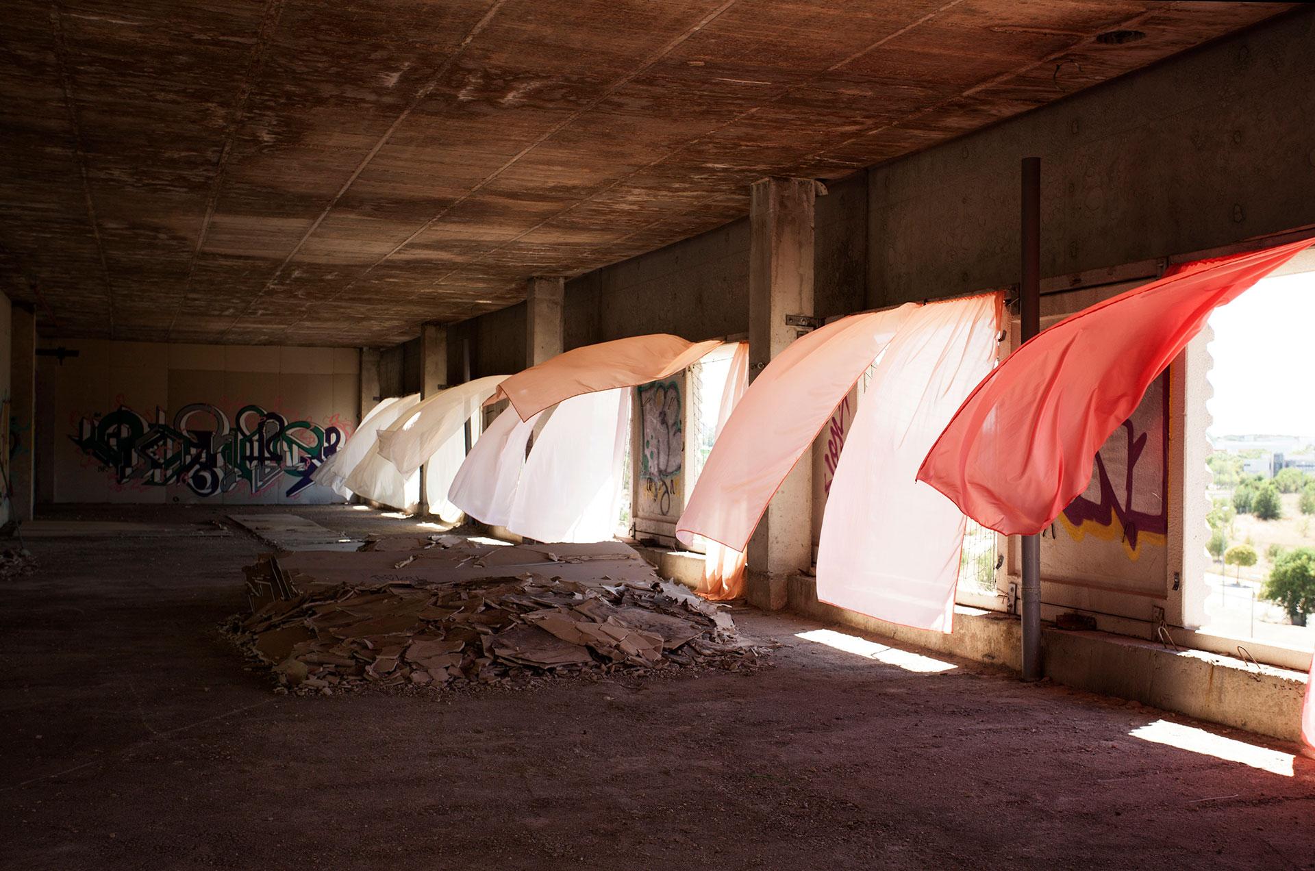 La luz esculpe el viento en la cortina   Clara Sánchez